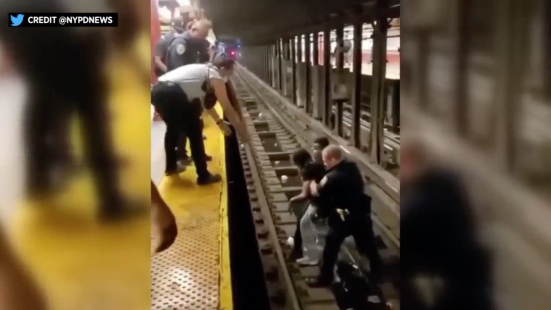 فيديو مثير لشرطي يقفز على قضبان المترو لنجدة رجل فقد الوعي قبل وصول القطار