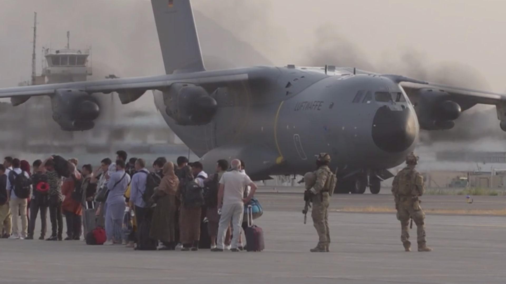 إجلاء 10 آلاف أفغاني من مطار كابول وسط عملية تسارع محفوفة بالمخاطر