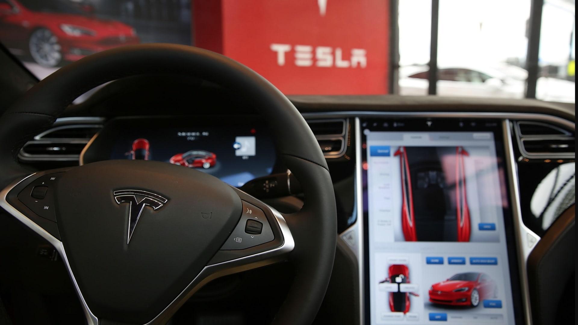 تحقيقات في حوادث نظام القيادة الآلي في تسلا.. والشركة تلقي باللوم على السائقين