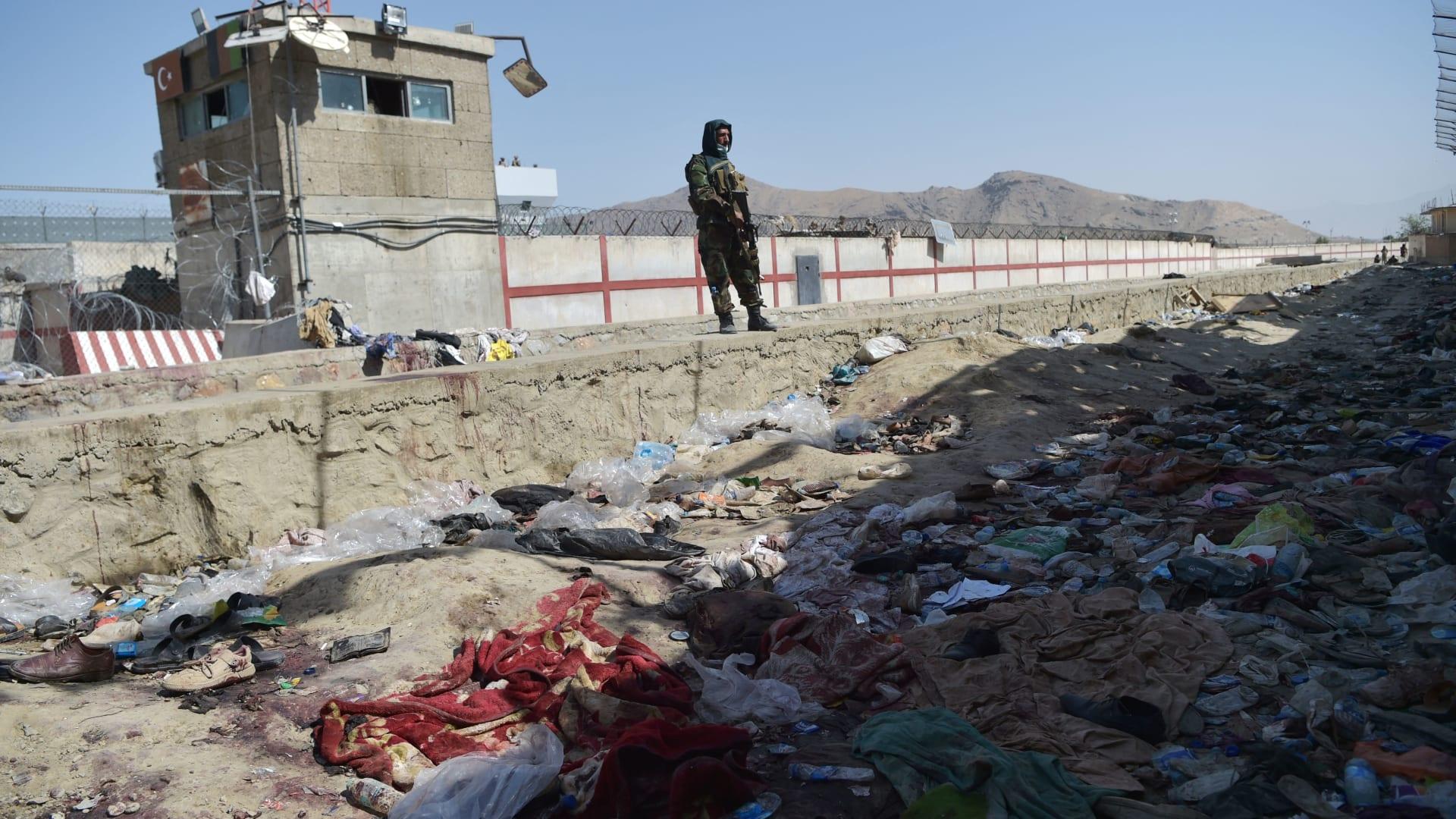 مقاتل من طالبان في موقع التفجيرين الانتحاريين بكابول