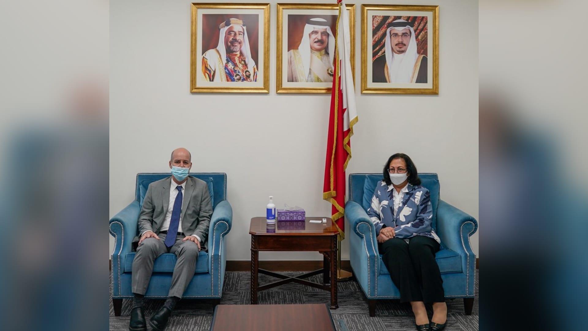 استقبال وزيرة الصحة البحرينية، فائقة بنت سعيد الصالح، القائم بأعمال سفير إسرائيل لدى البحرين، عيتاي تاغنر