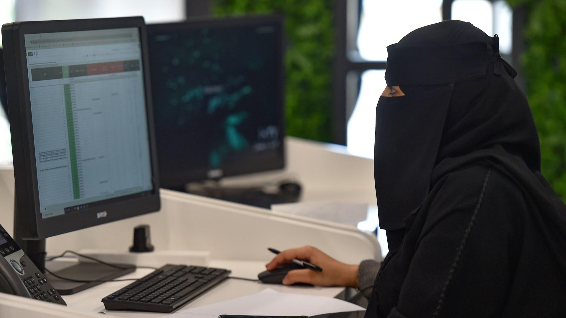 صورة أرشيفية تعبيرية لامرأة في عملها بالسعودية