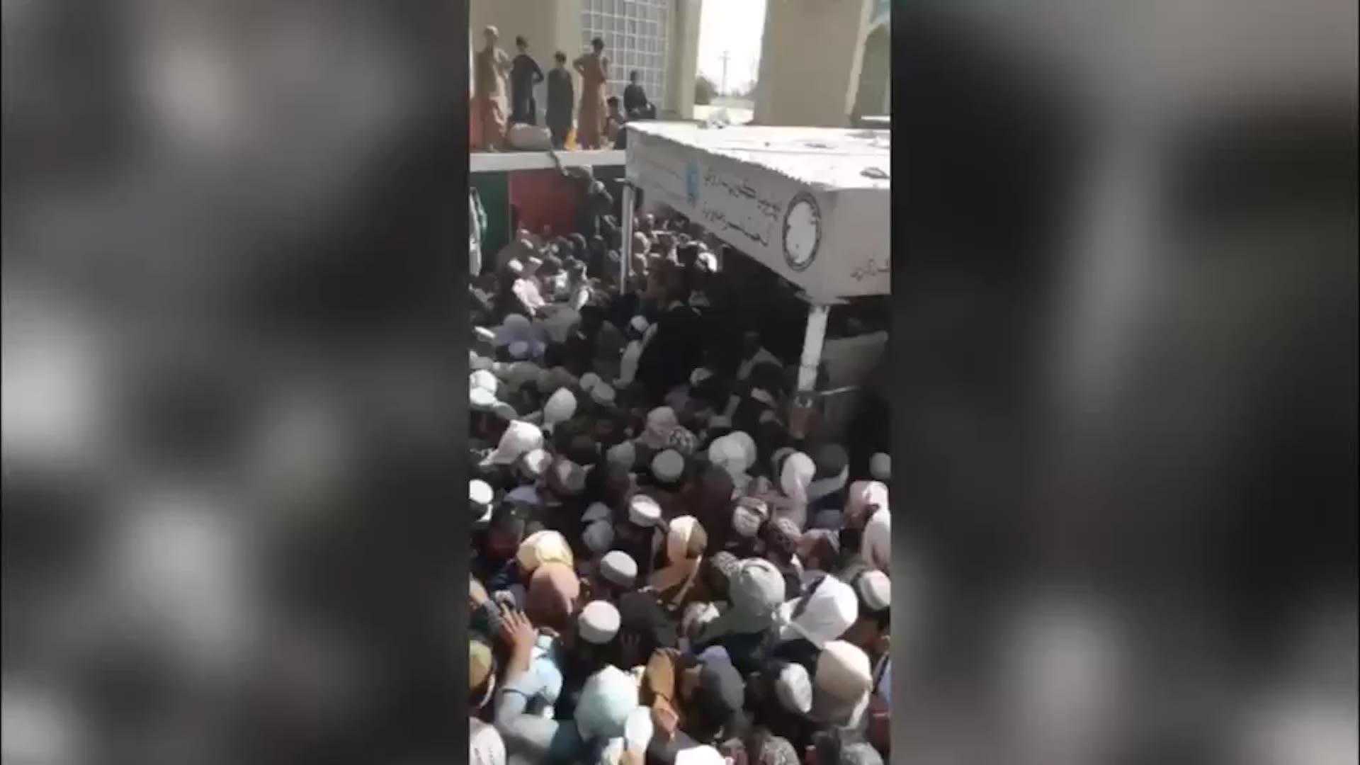 تدافع مميت عند المعبر الحدودي مع باكستان خلال محاولة الآلاف الفرار من أفغانستان