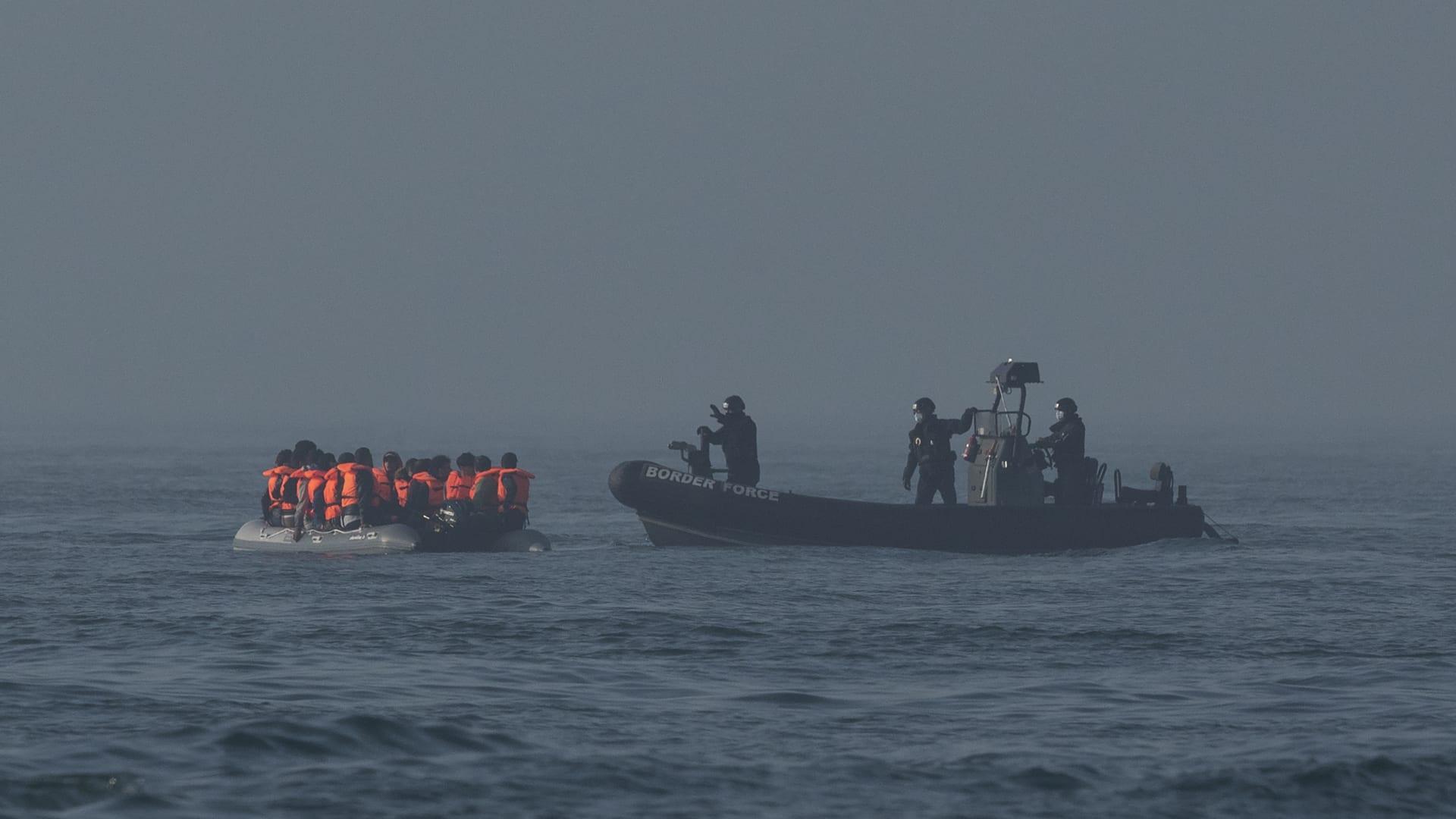 قوة الحدود البريطانية أمام قارب مطاطي يحمل مهاجرين أثناء عبورهم القنال الإنجليزي - 22 يوليو 2021