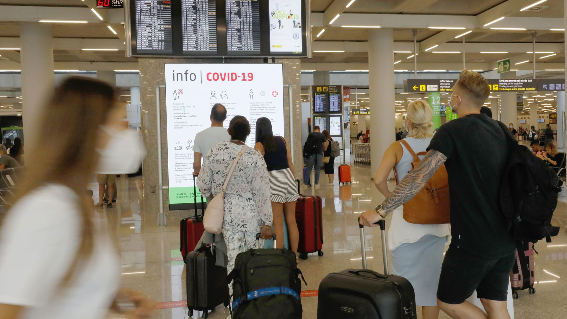 كل ما يحتاج المسافرون الأمريكيون معرفته حول قيود الاتحاد الأوروبي