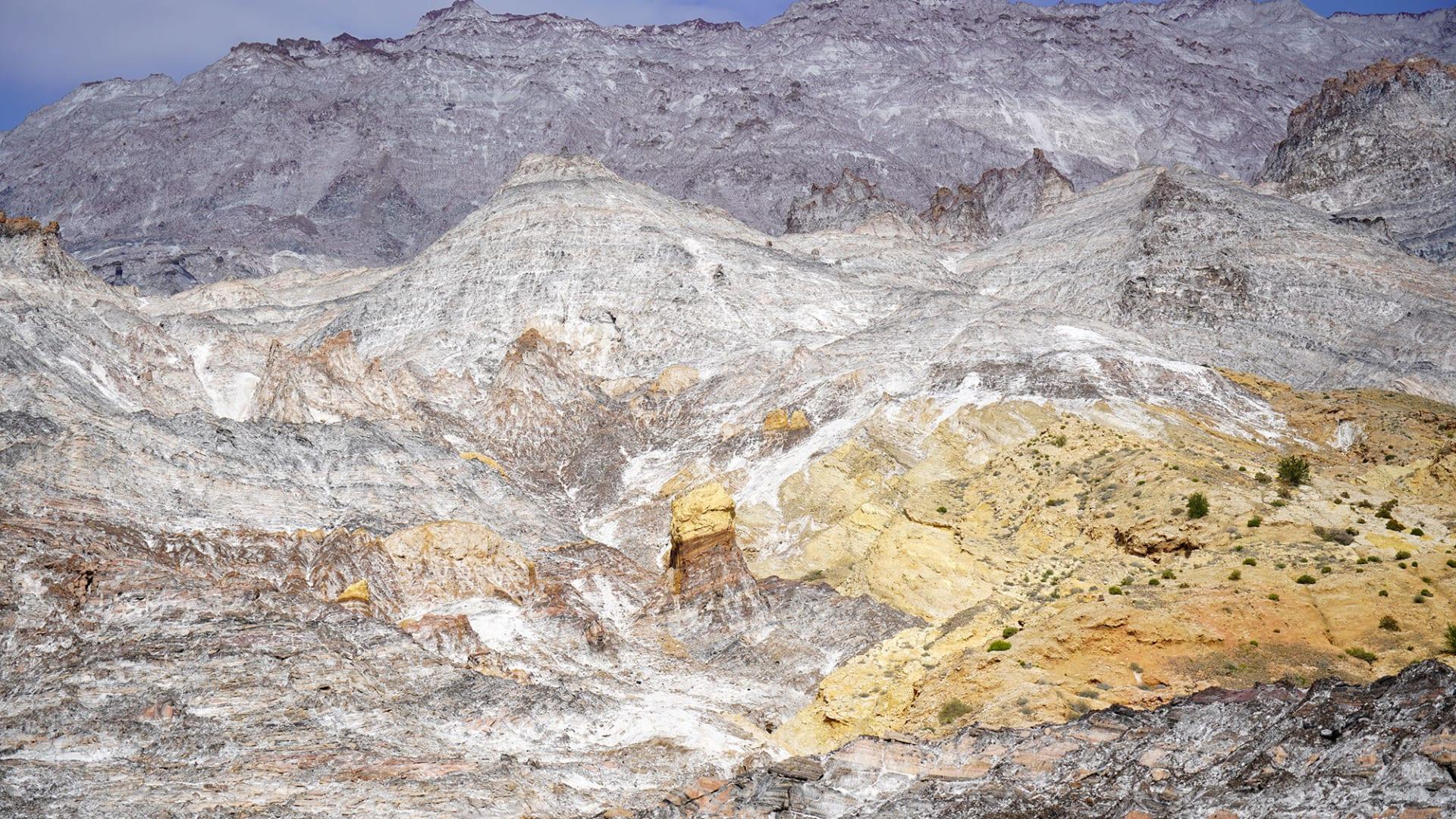 ليس ثلجًا.. ما سر سطوع هذا الجبل بشكل مشرق في إيران؟