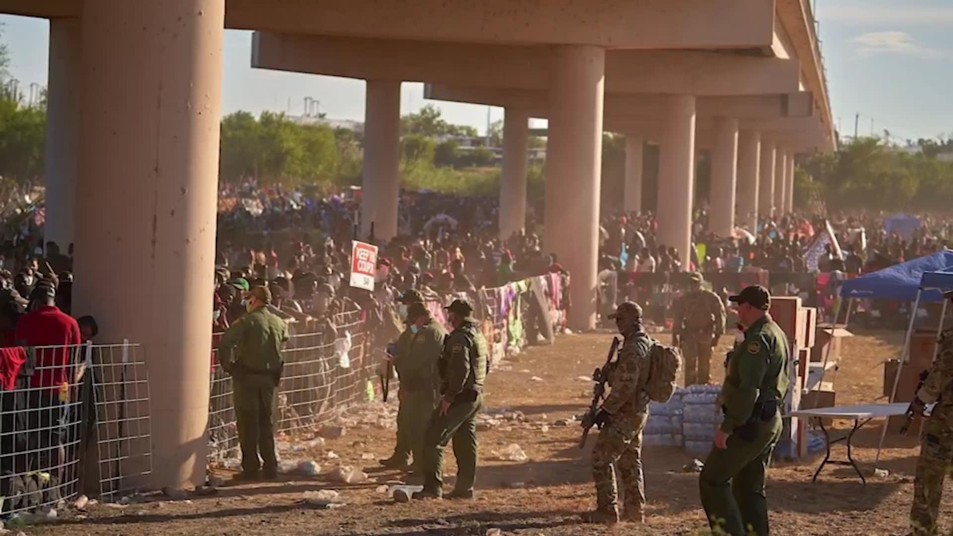 يعيشون تحت جسر.. آلاف المهاجرين يحاولون دخول الولايات المتحدة