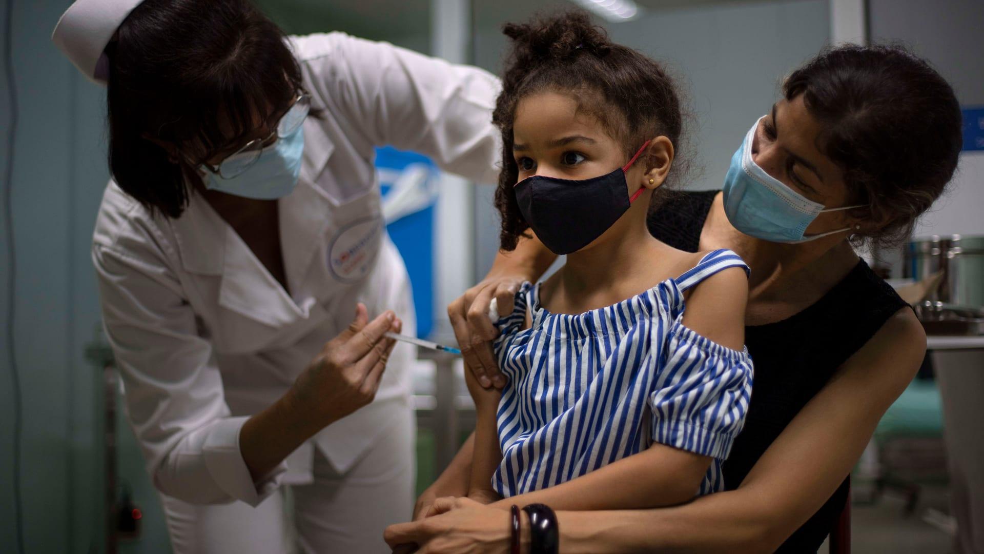 طفلة تتلقى لقاح فيروس كورونا في كوبا