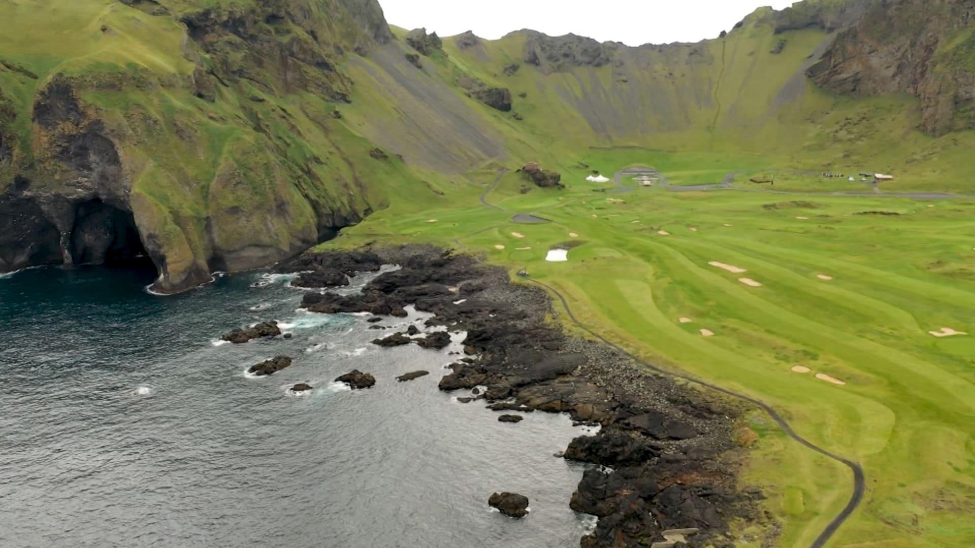 لماذا يتدفق الزوار من كل أنحاء العالم إلى ملعب الغولف هذا في أيسلندا؟