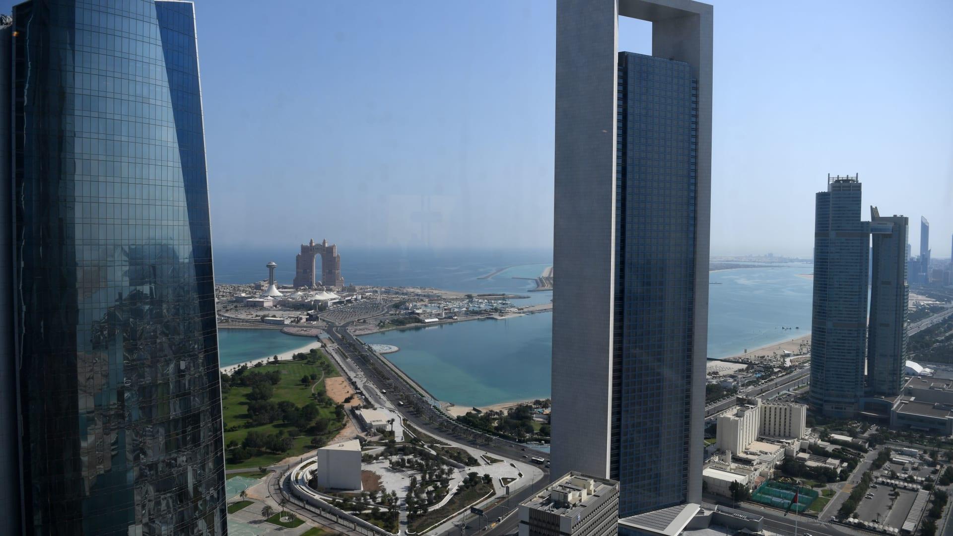 """واجهة أبوظبي البحرية ويظهر مقر شركة """"أدنوك"""""""