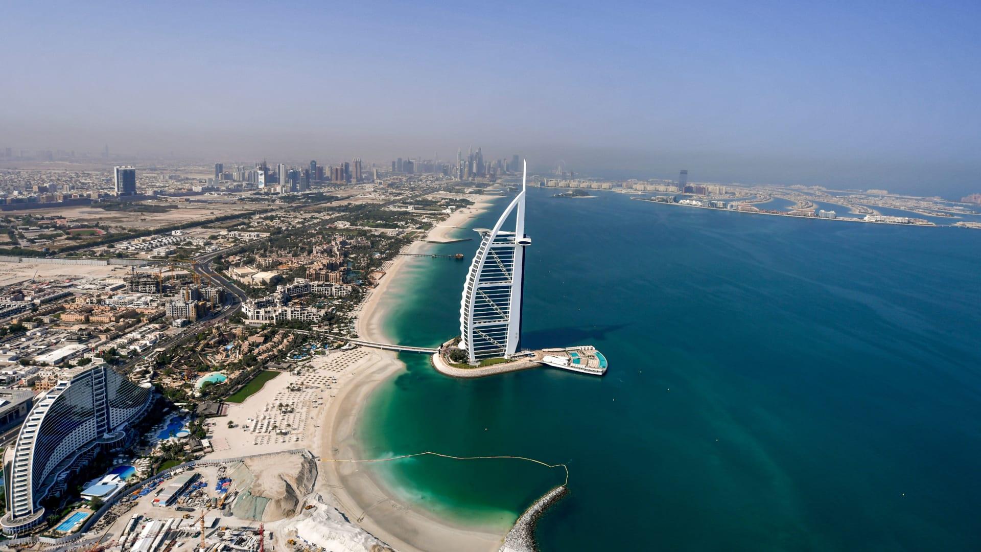الإمارات تعلن السماح بعدم إلزامية ارتداء الكمامات في هذه الأماكن