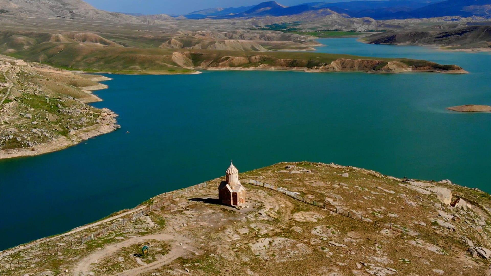 لا تستطيع دخولها.. ما سر وقوف كنيسة وحدها بين جبال إيران؟
