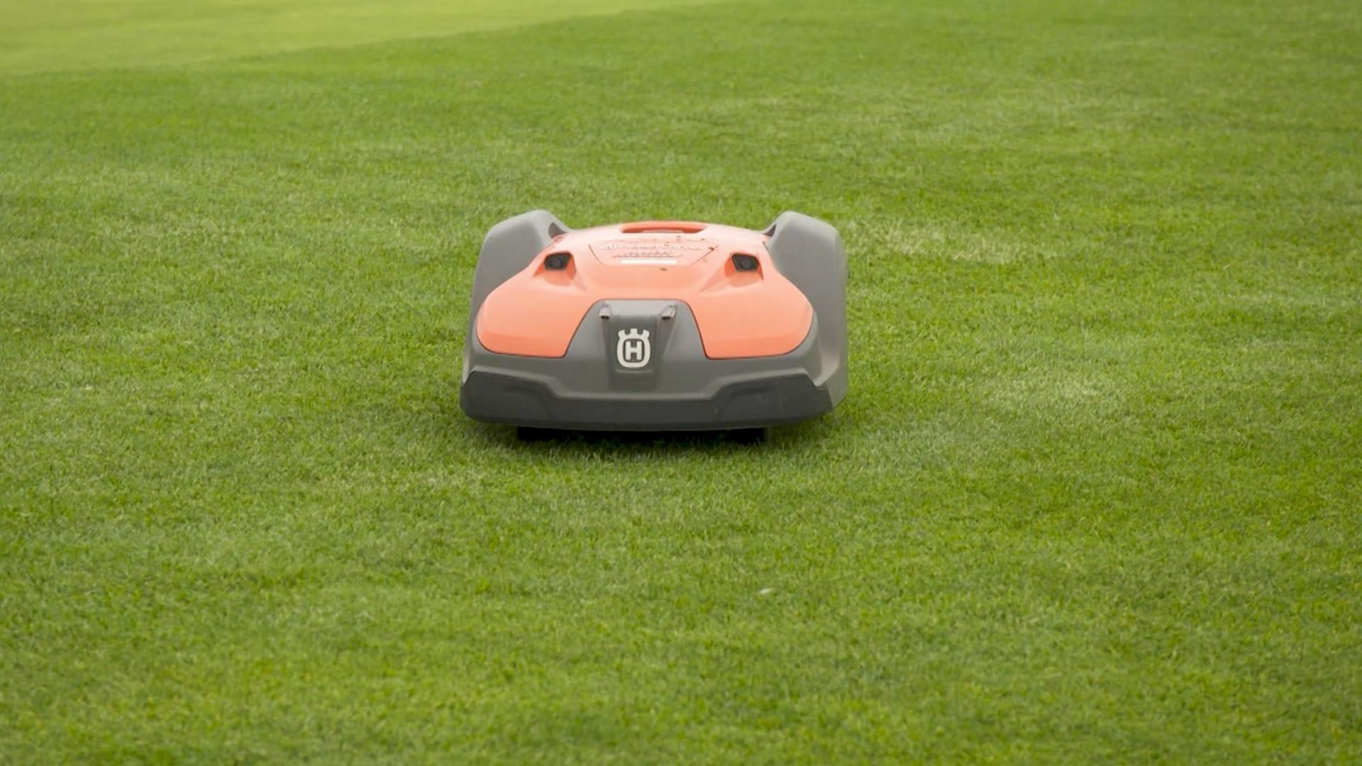 هذه الروبوتات تجعل ملعب غولف في أيسلندا من بين الأكثر خضرة بالعالم