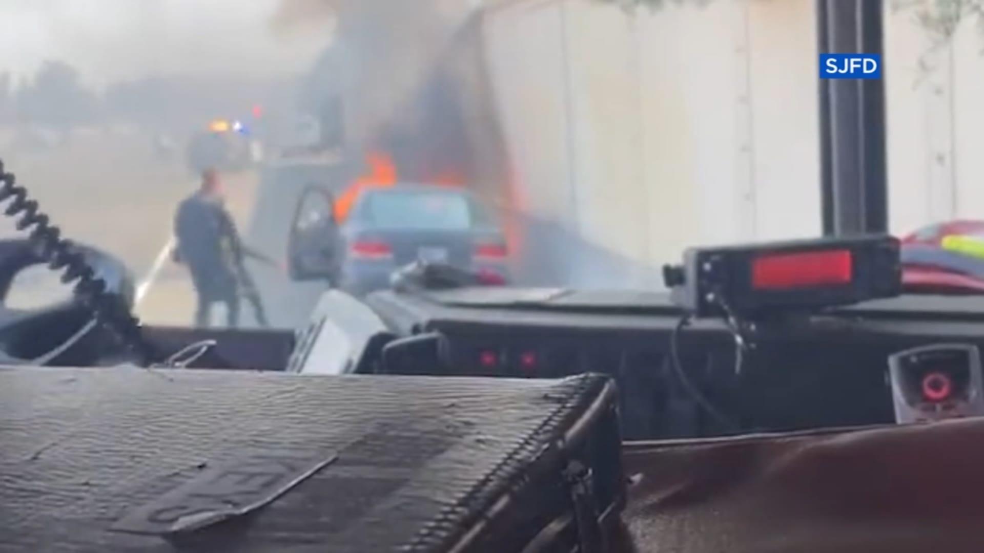"""""""ذاب حذاؤه"""".. شاهد لحظة إنقاذ شرطي لرجل فاقد الوعي داخل سيارة مشتعلة"""