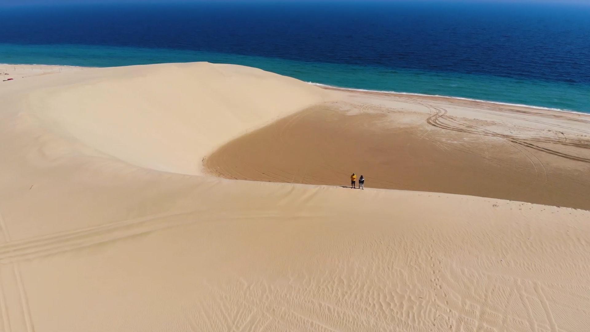 """لن تصل إليه مشيًا على الأقدام.. شاهد جمال """"البحر الداخلي"""" بقلب صحراء قطر"""