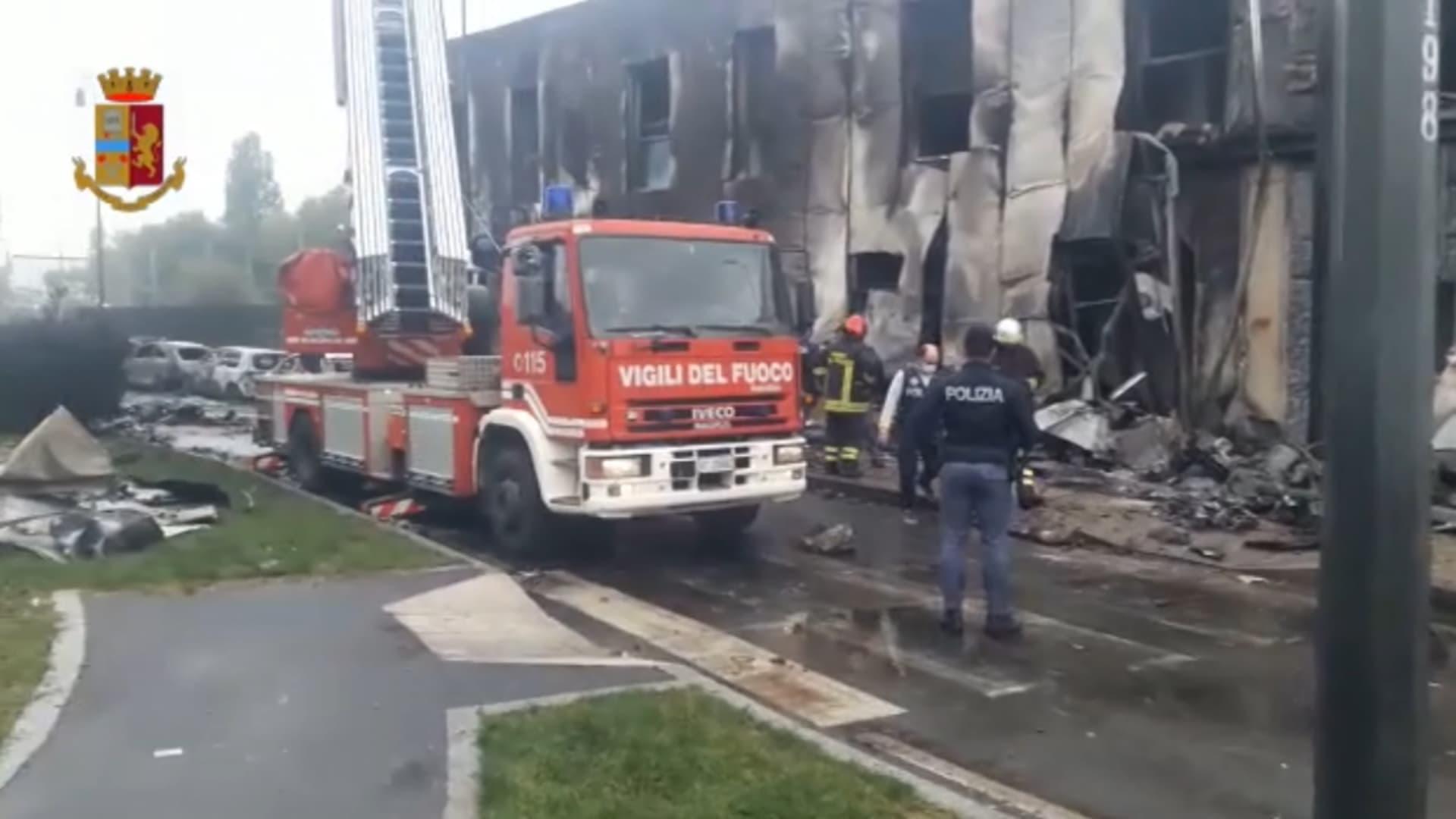 اصطدام طائرة خاصة بمبنى وتحطمها في إيطاليا.. ومقتل جميع طاقمها