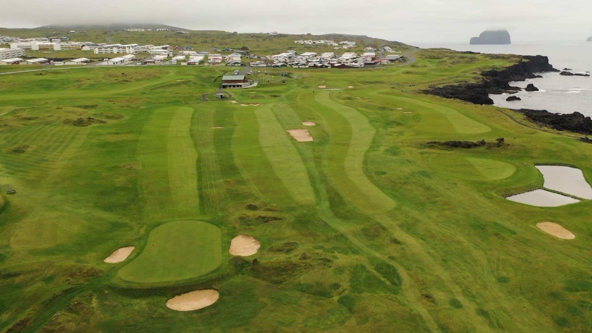 فوق بركان خامد بإحدى جزر أيسلندا.. تجربة للعب الغولف ليس لها مثيل حول العالم