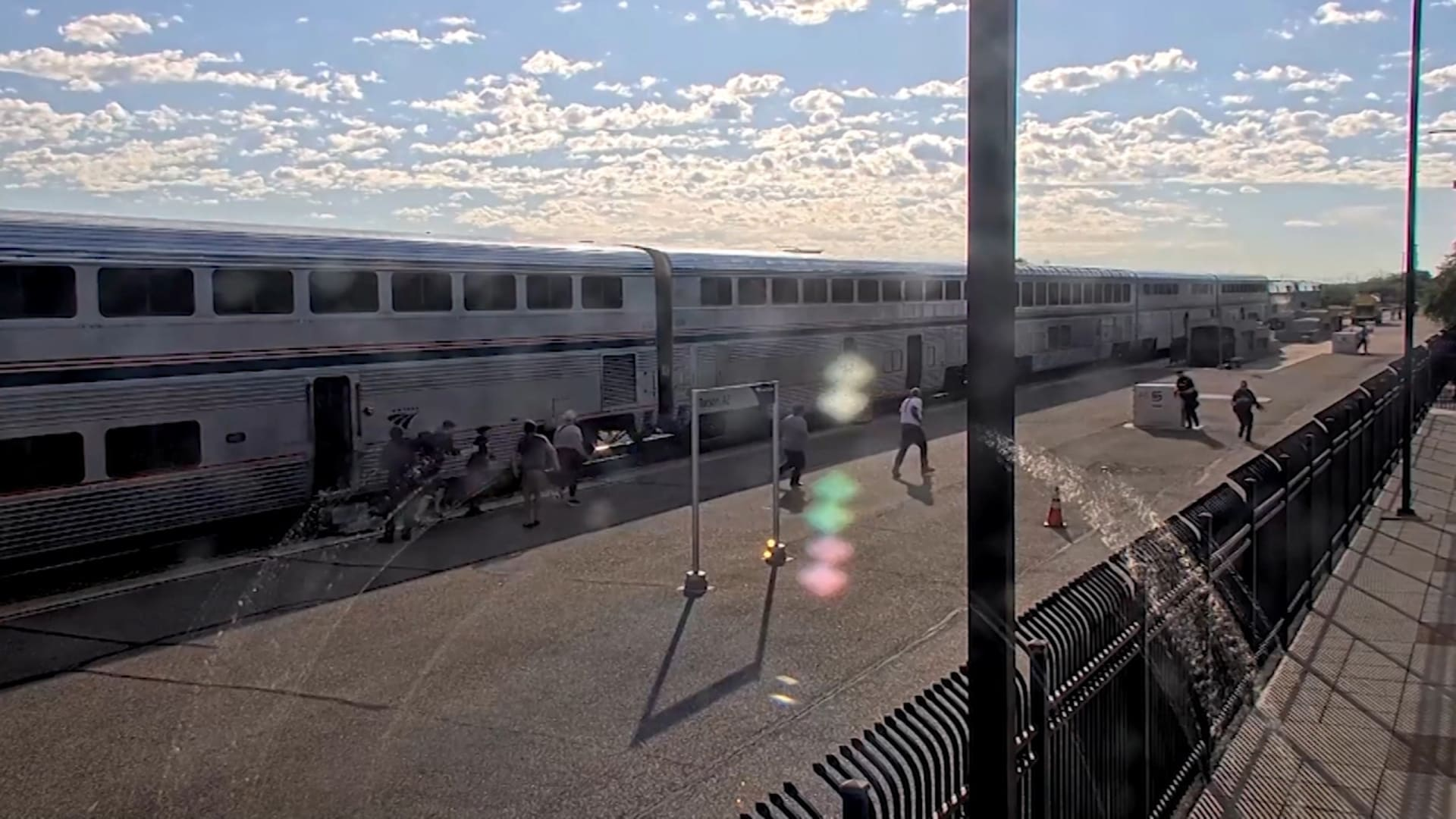 بكاميرات مراقبة.. شاهد لحظات تبادل إطلاق النار بين مسلح والشرطة في قطار يعج بالركاب