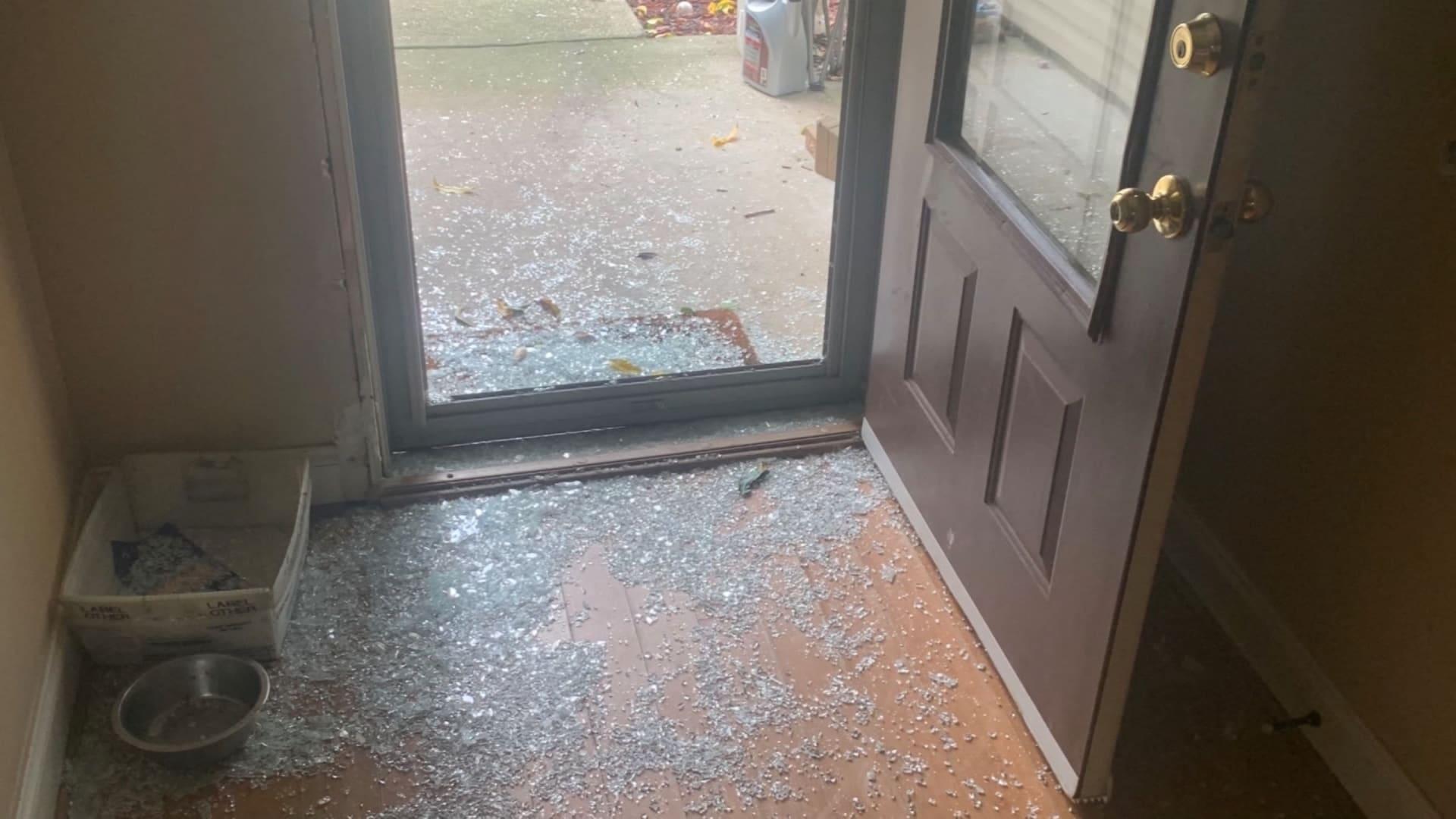 كاميرا جرس الباب.. يكشف لصًا يقتحم المنزل ويهشم الباب ويخرج دون أي بصمات