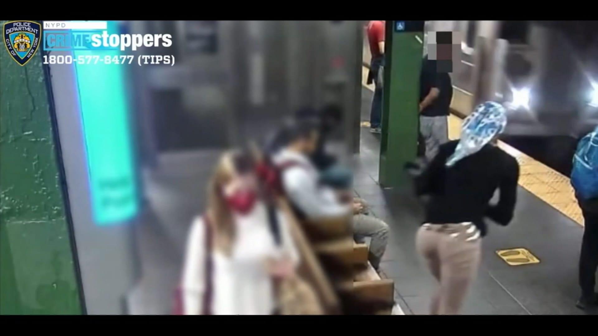 فيديو يُظهر امرأة تباغت أخرى وتدفعها بعنف نحو سكة قطار الأنفاق عند وصوله للمحطة