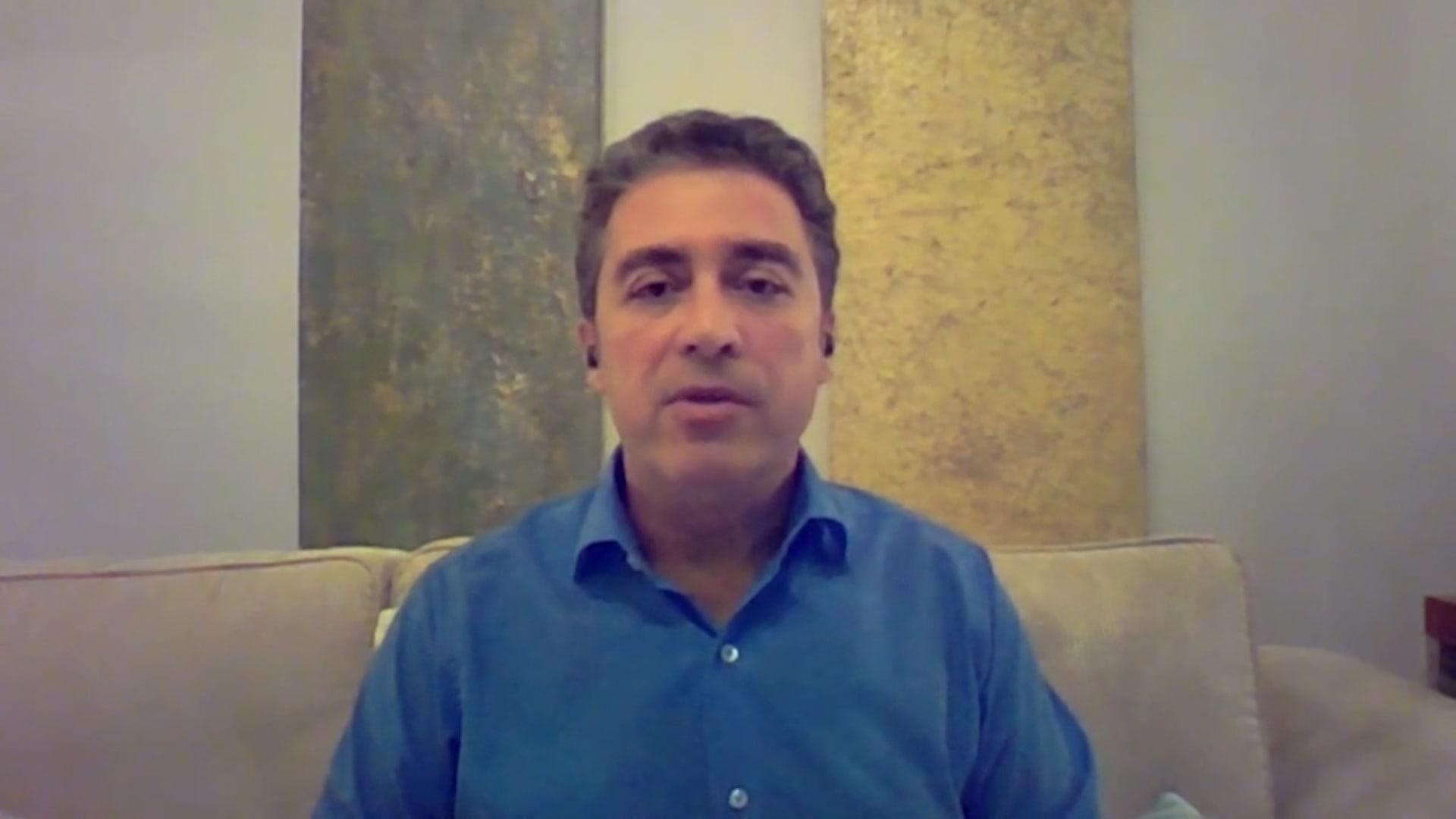 نجل أمريكي معتقل بإيران: حالة والدي الصحية مُلحّة.. ونحن بائسون جدًا