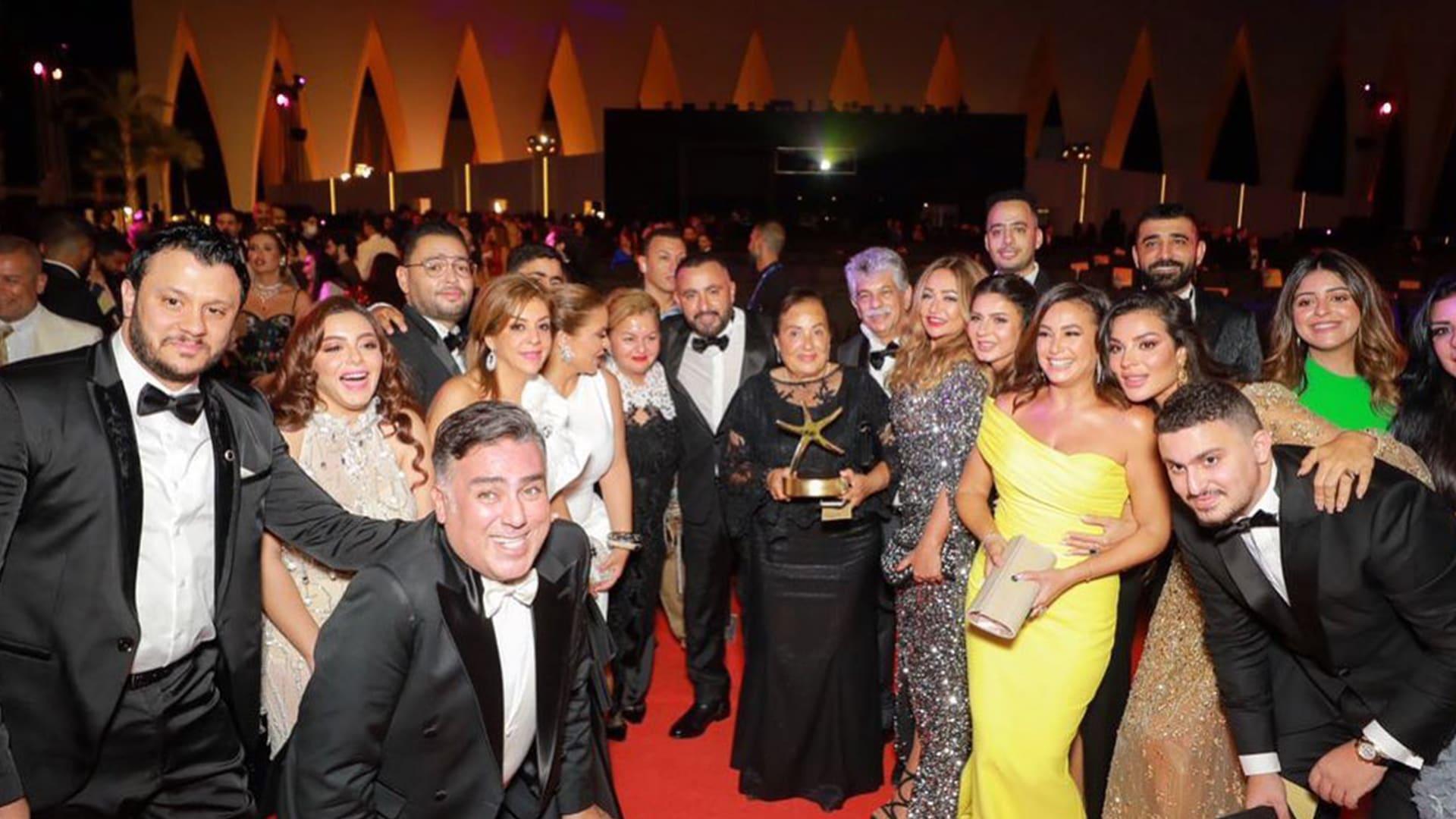 صورة جماعية لمجموعة من النجوم العرب في مهرجان الجونة السينمائي