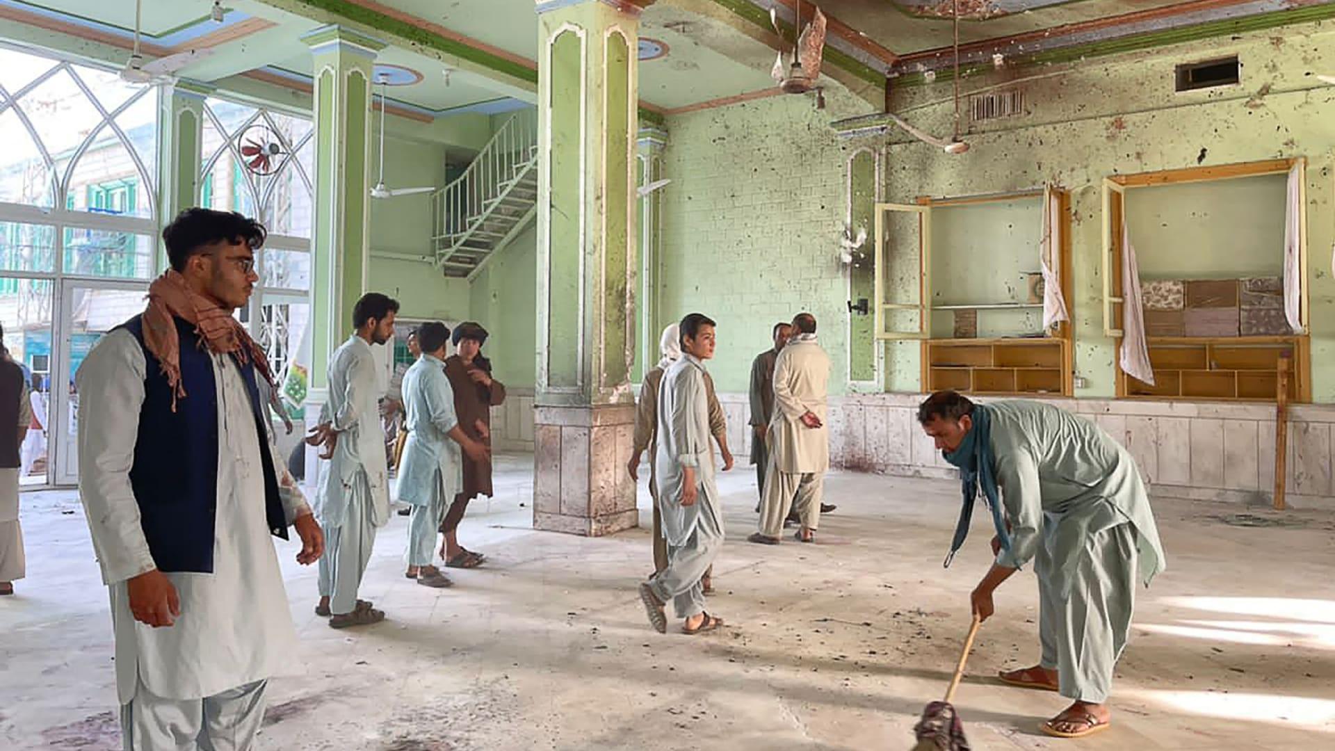 رجال أفغان يتفقدون أضرار الانفجارات داخل مسجد شيعي في قندهار، في 15 أكتوبر/ تشرين الأول 2021