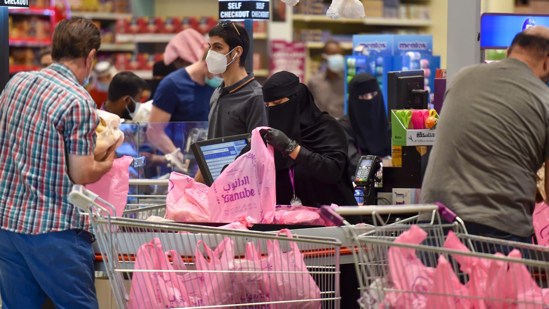 صورة أرشيفية لمتبضعين في السوبر ماركت في الرياض وتظهر علامة الدانوب