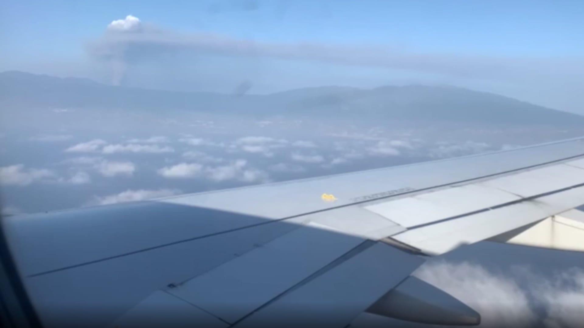 هكذا يبدو مشهد الدخان المتصاعد من البركان من طائرة ركاب تقترب من لابالما بإسبانيا