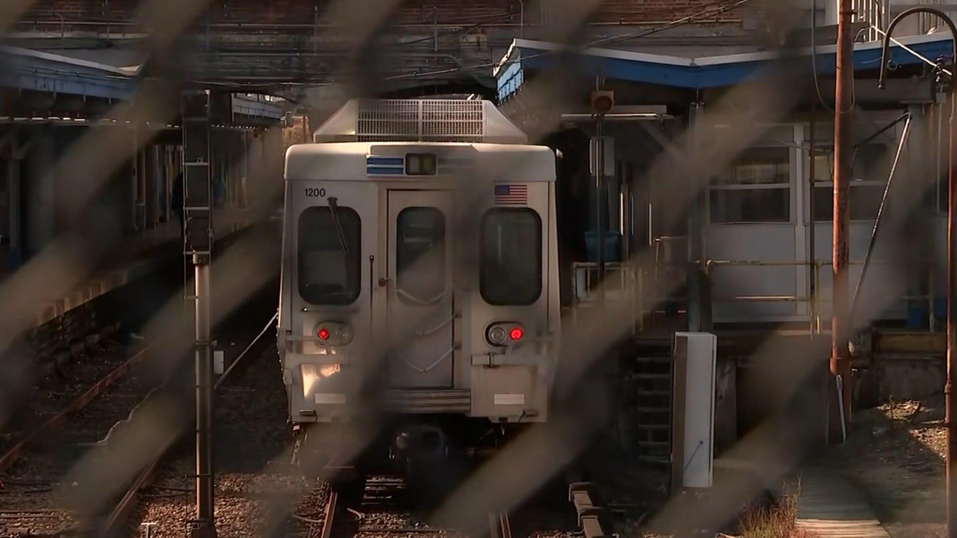 اتهام رجل باغتصاب امرأة على متن قطار.. والركاب لم يفعلوا شيئًا