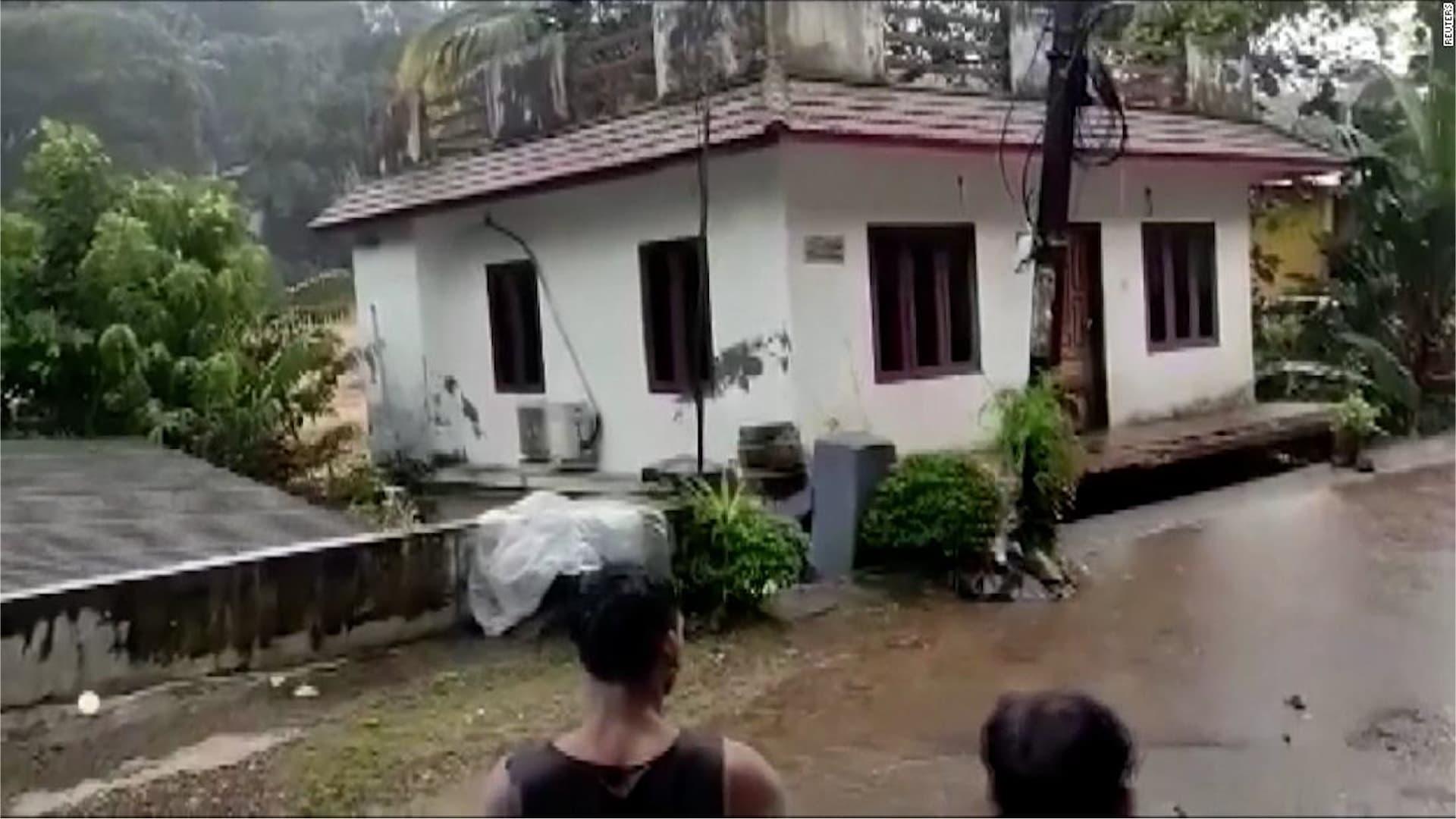 شاهد.. انهيار منزل بأكمله جرفته فيضانات عارمة في الهند