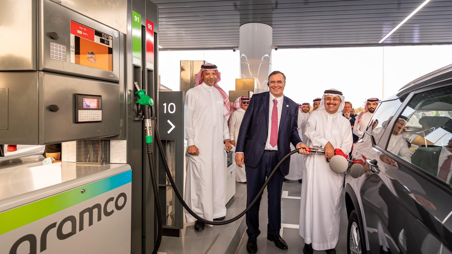 رئيس أرامكو التنفيذي أمين الناصر ورئيس توتال إنيرجيز باتريك بوياني خلال حفل تدشين محطة الوقود