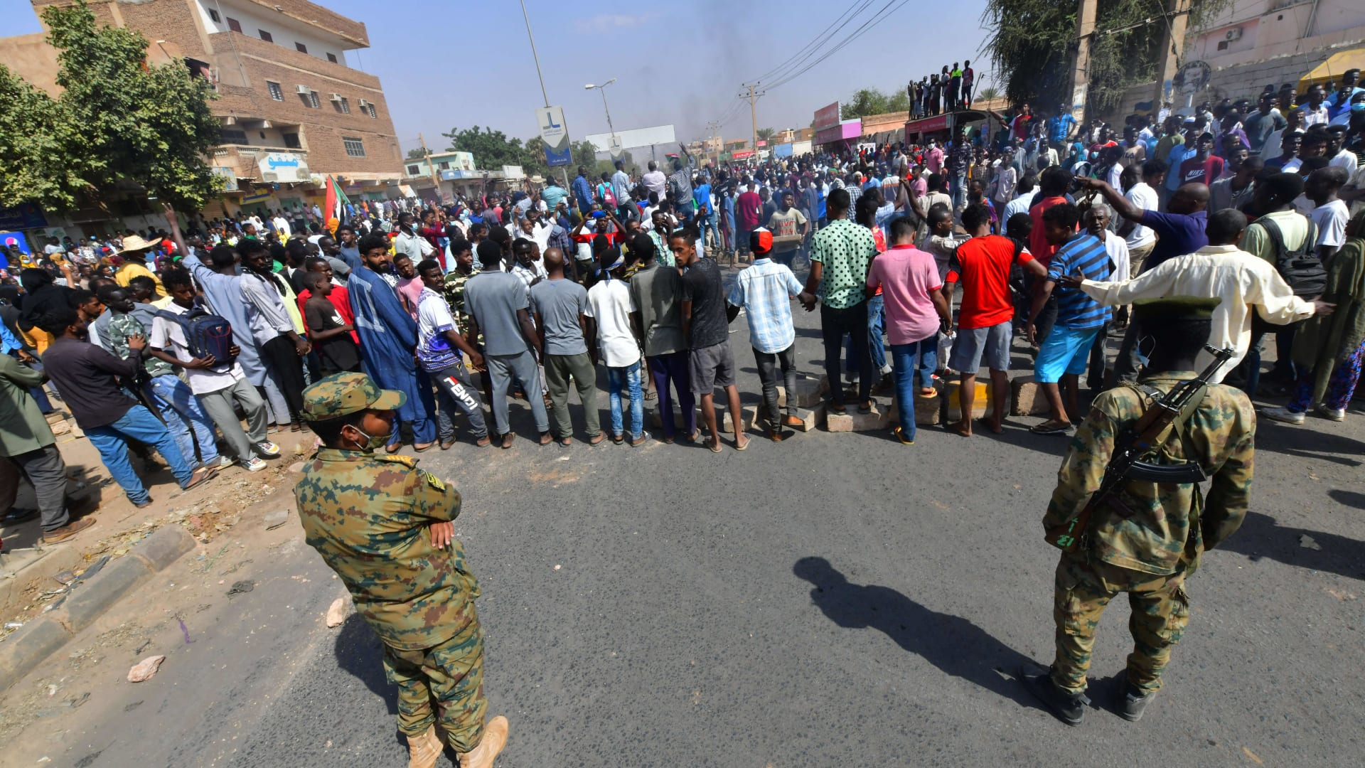 جنود سودانيون يراقبون مظاهران معارضة لقرارات البرهان