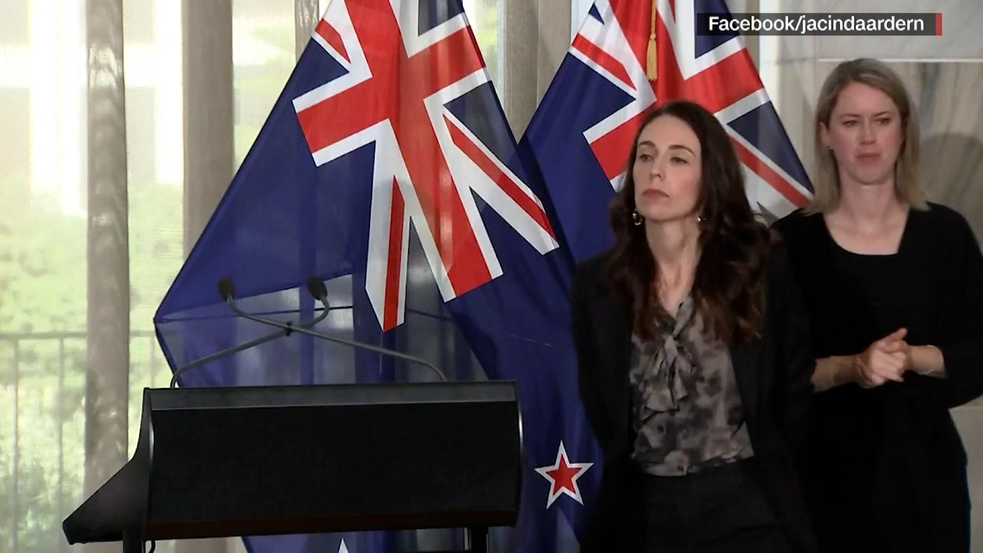 عمدًا أم بالخطأ؟ رئيسة وزراء نيوزلندا تدفع مترجمة خارج الصورة وسط ذهول السيدة