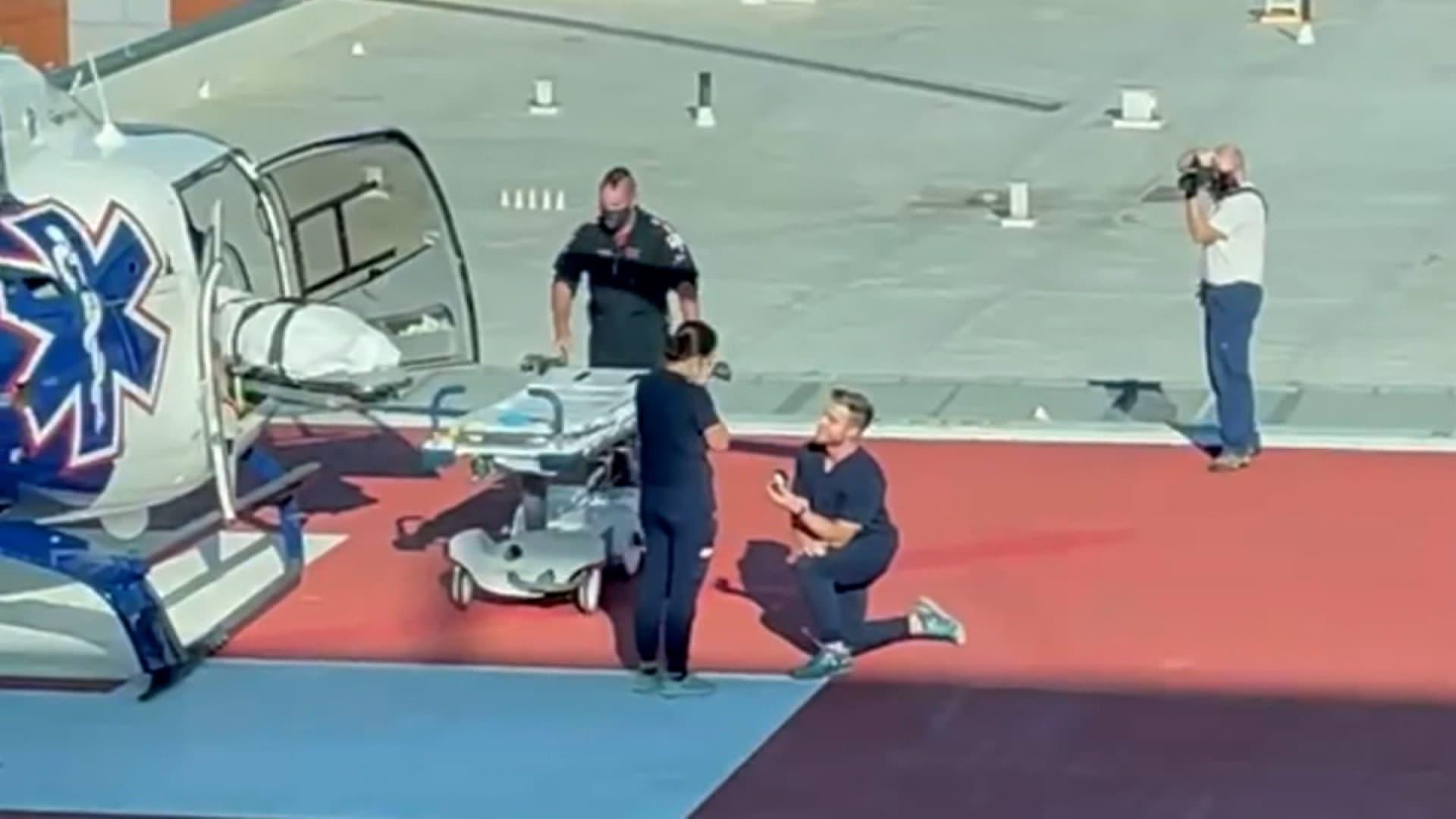 على مهبط طائرة هليكوبتر.. شاهد كيف تقدم ممرض للزواج من ممرضة أخرى