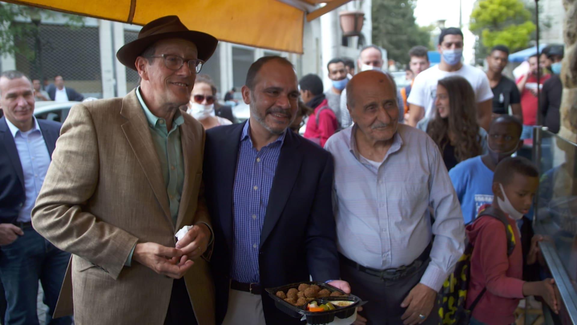 شاهد.. مذيع CNN يتناول الفلافل مع الأمير الأردني علي بن الحسين وسط شوارع عمّان
