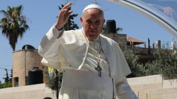 البابا يقبل أيادي الناجين من المحرقة ويقف على جدران السياسة والقداسة