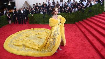 تعرّف إلى مصممة فستان ريانا الأكثر إثارة للجدل