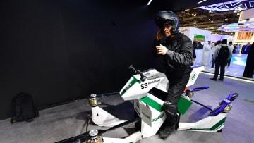 لدى شرطة دبي فقط.. درّاجة طائرة لتجنب الازدحام المروري!