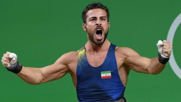 رافع أثقال إيراني يعرض ميداليته الذهبية في مزاد لمساعدة ضحايا الزلزال