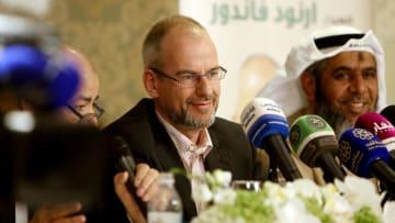 الكويت: زيارة لسياسي شارك بفيلم مسيء للإسلام.. ثم اعتنقه