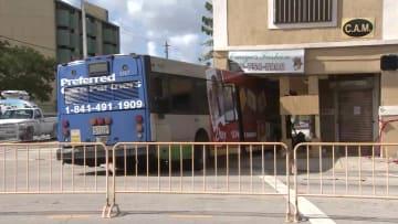 حادث عجيب.. حافلة تصطدم بمبنى تاريخي وإزالتها يهدد بانهياره