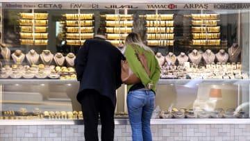 الأتراك والإيرانيون يتخلون عن المجوهرات