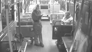 مشهد مؤثر.. شاهد ما قامت به سائقة حافلة لتساعد مشرداً