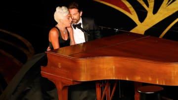 """ليدي غاغا وبرادلي كوبر يؤديان أغنية """"شالو"""" خلال حفل الأوسكار"""