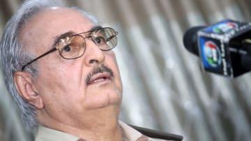 نبذه القذافي ولجأ لأمريكا قبل عودته إلى ليبيا.. من هو حفتر؟