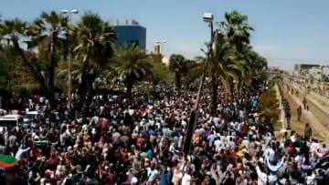 حشود أمام مقر الجيش السوداني.. والشرطة تستخدم الغاز