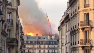 لحظة سقوط برج كاتدرائية نوتردام في باريس بسبب حريق هائل
