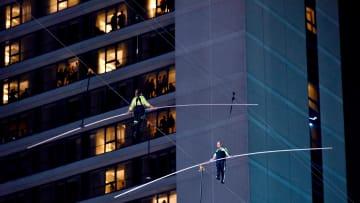 "على حبل فقط.. مخاطران يعبران ""تايمز سكوير"" بارتفاع 25 طابقاً"