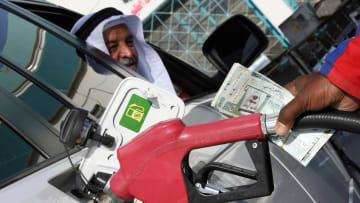 بضوء رفع سعر البنزين في السعودية ومصر.. عاملان يقودان سوف النفط حاليا